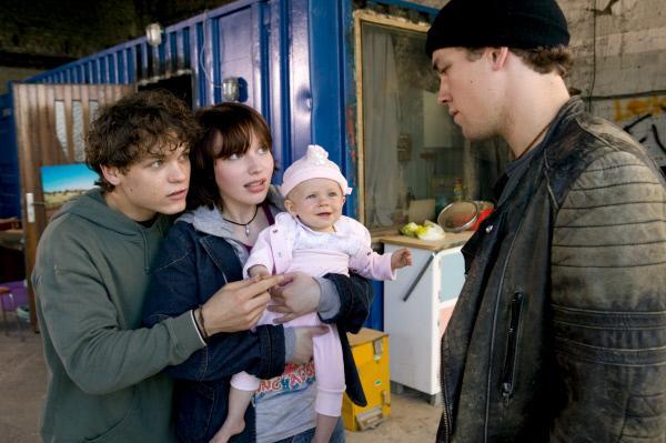 Bild 1 von 11: Sven (Marlon Kittel, l.) und Franziska (Anna Brüggemann, M.) sind glücklich mit dem Baby - Mathias (Jan van Weyde, r.) jedoch gar nicht. Immerhin haben sie das Baby entführt.