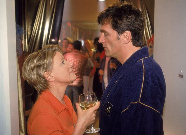 Bild 1 von 5: Dr. Schmidt (Walter Sittler) versucht Nikola (Mariele Millowitsch) inmitten des tobenden Partyvolks klar zu machen, dass er seine nächtliche Ruhe braucht...