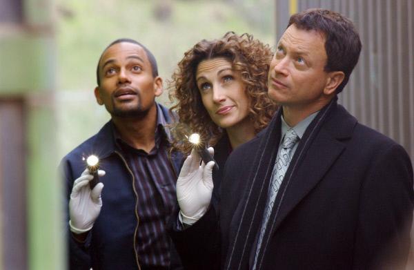 Bild 1 von 3: Dr. Sheldon Hawkes (Hill Harper, li.), Stella Bonasera (Melina Kanakaredes) und Mac Taylor (Gary Sinise, re.) machen eine interessante Entdeckung.