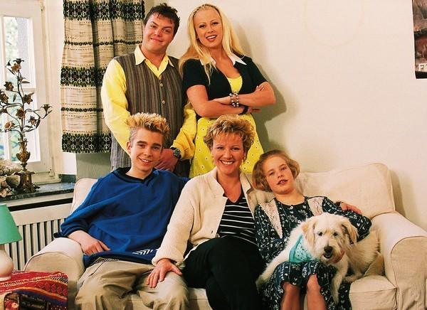 Bild 1 von 8: Nikola (Mariele Millowitsch, Mi.) mit ihren Kindern Stephanie (Friederike Grasshoff, vo.re.) und Peter (Eric Benz, vo.li.), sowie den Nachbarn Tim (Oliver Reinhard) und Elke (Jenny Elvers) und dem Hund Oskar.
