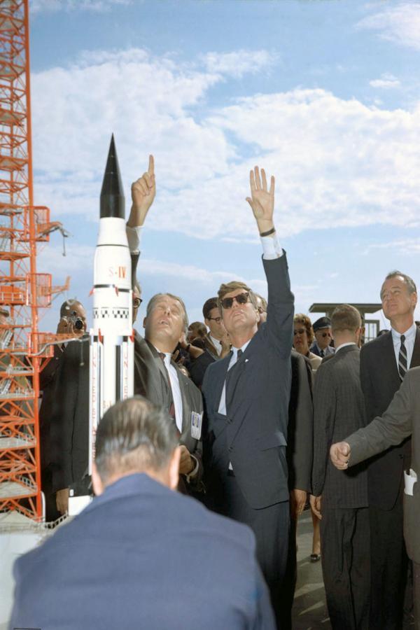 Bild 1 von 3: Präsident John F. Kennedy (re.) besucht im November 1963 mit Wernher von Braun (li.) das Space Center der NASA in Cape Canaveral.