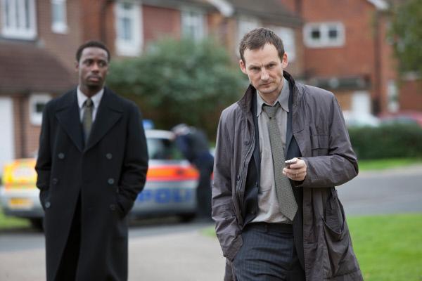 Bild 1 von 8: DC Myers (Gary Carr) und DI Ronson (Anthony Flanagan) ermitteln im Fall der Familie Thompson.