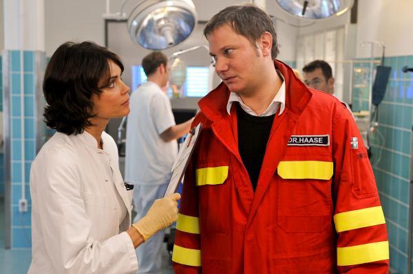 Bild 1 von 10: Jasmin (Gerit Kling, l.) und Haase (Fabian Harloff, r.) sind sich darüber einig, dass der neue Kollege arrogant ist.