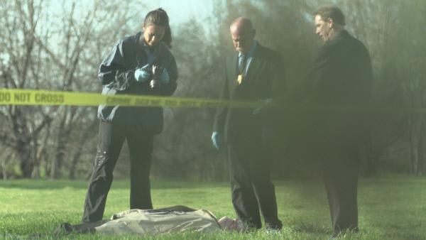 Bild 1 von 3: Nach einer kalten Februarnacht im Jahr 1992 wird der Körper J. Schuyler Alland in einem abgelegenen Teil des Bundeslandes Maryland gefunden. Er wurde erschossen und seine Luxuslimousine ist verschwunden. Doch wer hat den Geschäftsmann getötet und warum?