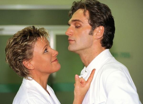 Bild 1 von 7: Der skandalöse Kuß zwischen Nikola (Mariele Millowitsch) und Dr. Schmidt (Walter Sittler) auf dem Ärzteball sorgt immer noch für Gesprächsstoff ...