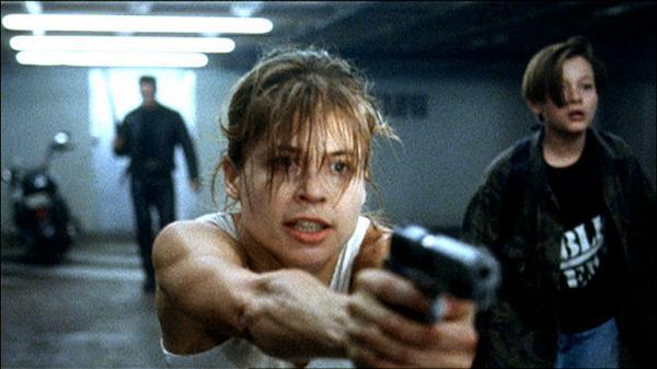 Bild 1 von 6: Sarah (Linda Hamilton) schießt den Weg für sich und ihren Sohn John (Eward Furlong) frei