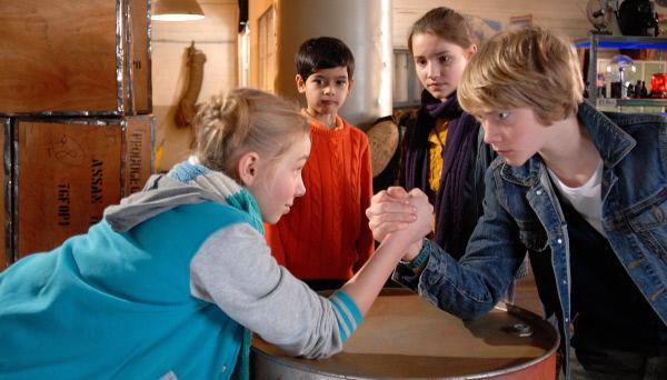 Bild 1 von 11: Jessi (Martha Fries) fordert Max (Bruno Alexander) heraus: Wer ist das stärkste Pfefferkorn?
