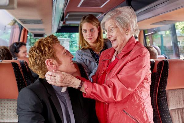 Bild 1 von 6: Maik (Daniel Donskoy) macht Bekanntschaft mit Evas (Bettina Burchard, M.) an Demenz erkrankter Oma Marie (Ilse Strambowski), die ihn für ihren verstorbenen Ehemann hält und sich freut, zusammen mit ihm in ihre alte Heimatstadt zu fahren.