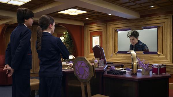 Bild 1 von 3: Der Schräge Todd hat fast alle Agents mit Spezialtinte unsichtbar gemacht. Olive und Otto müssen den Wiedersichtbar-Inator finden. Doch Todd hat ihn versteckt.