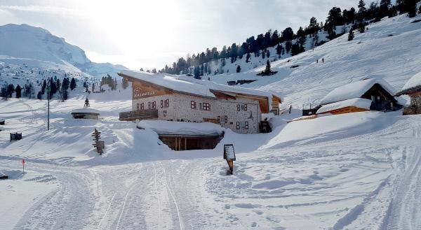 Bild 1 von 5: Die Fanesalm mit der Lavarellahütte in den Dolomiten