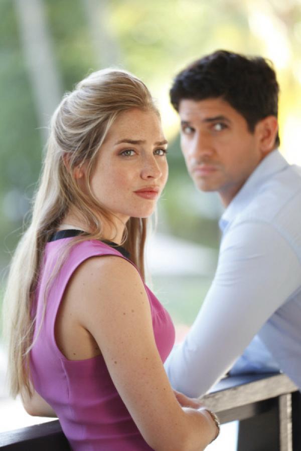 Bild 1 von 5: Helen (Sophie Colquhoun) und Adam (Raza Jaffrey) haben beide ihre Geheimnisse voreinander. Wäre einer von ihnen deshalb wirklich fähig zu einem Mord?