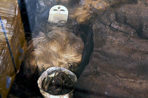 Bild 1 von 4: Die Kleidung der mumifizierten Leiche war bei ihrem Fund in einem nahezu makellosen Zustand erhalten.