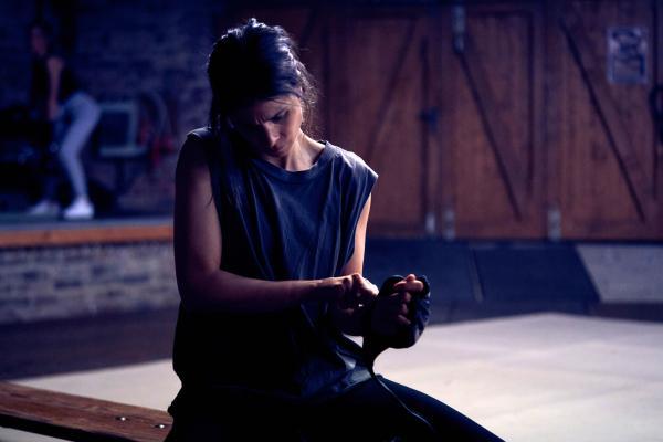 Bild 1 von 7: Alex (Aylin Tezel) ist klar, dass sie etwas tun muss, um den Verlust ihres Kindes zu verarbeiten. Sie ist eine Kämpferin, sowohl körperlich als auch mental. Auf der Suche nach ihrem Kind flüchtet Alex sich in ihre eigene Vergangenheit.