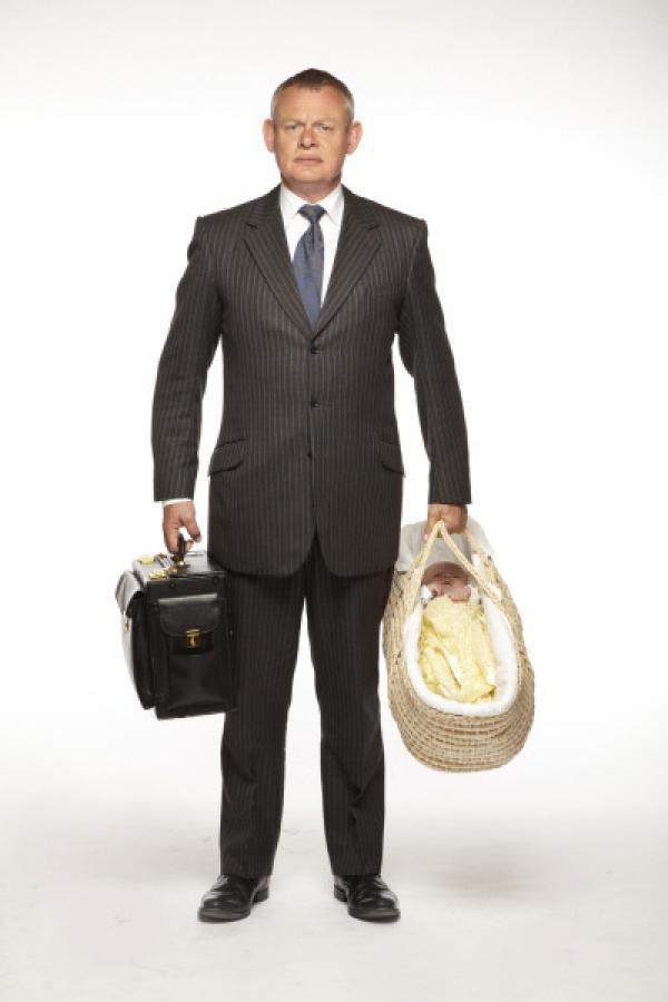Bild 1 von 10: (5. Staffel) - Dass ein Leben mit einem Kind und einer kritischen Frau das eigene Leben auf den Kopf stellt, wird Doc Martin (Martin Clunes) nach und nach klar. Wird er es dennoch schaffen?