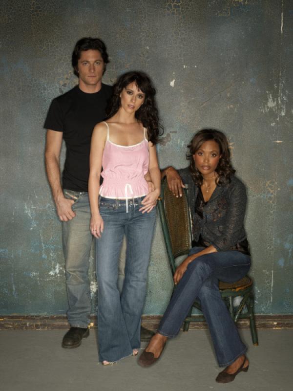 Bild 1 von 23: (1. Staffel) - Andrea Moreno (Aisha Tyler, r.) und Jim (David Conrad, l.) wissen, dass Melindas (Jennifer Love Hewitt, M.) Fähigkeit mit den Toten zu sprechen, nicht immer von Vorteil ist.
