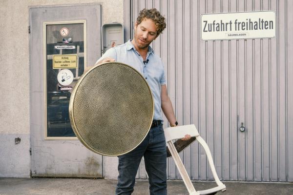 Bild 1 von 3: Upcycling-Experte Thomas Klotz zeigt, wie aus scheinbar wertlosem Sperrmüll kunstvolle Liebhaberstücke werden.