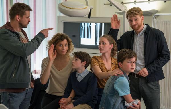 Bild 1 von 5: Wer sind die Eltern von William (Levis Kachel)? Von links: Martin (Steve Windolf), Katja (Anna Schäfer), William (Levis Kachel), Lisa (Inez B. David), Eddie (Fillin Mayer) und Patrick (Lucas Prisor).