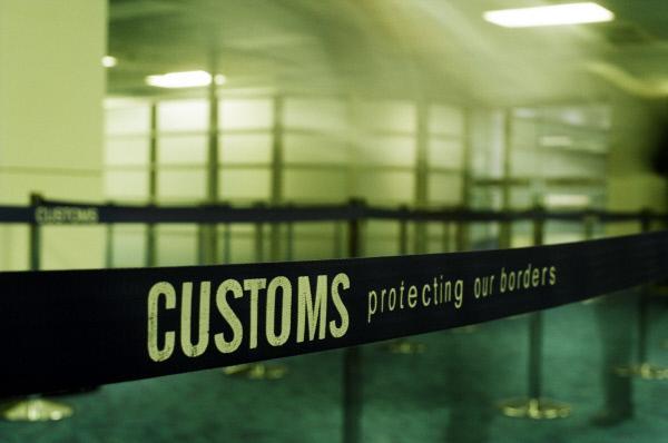 Bild 1 von 2: Tausende von Männern und Frauen widmen ihr Leben dem Schutz der australischen Grenze. Als Grenzbeamte stoßen sie bei ihrer Arbeit gegen Terrorismus, Schmuggel, illegale Einwanderer, Menschen- und Drogenhandel zum Teil auf äußerst kuriose Fälle ...