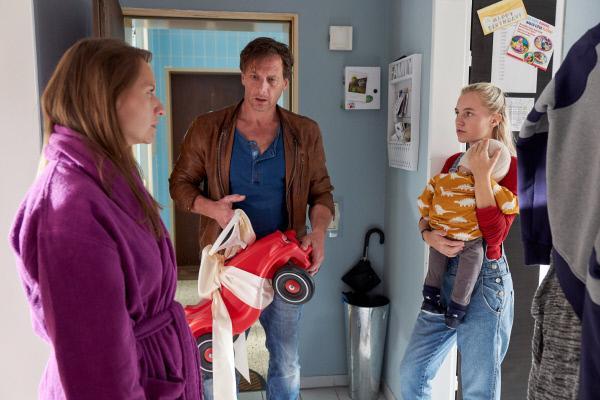 Bild 1 von 10: Vollmer (Hendrik Duryn) erfährt, dass Leas Mutter Rita (Rebecca Madita Hundt, l.) ihre 16-jährige Tochter Lea (Louise Sophie Arnold) nicht bei ihrem Sohn unterstützt und ist entsetzt.