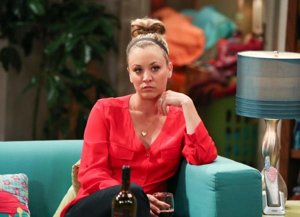 Bild 1 von 11: Penny (Kaley Cuoco) ist wütend, weil Leonards Mutter Beverly während ihres Besuchs nur Interesse an den Beziehungen von Amy und Bernadette zeigt. Penny dagegen wird ignoriert. Schafft sie es, die Psychoanalytikerin doch noch von sich zu überzeugen?