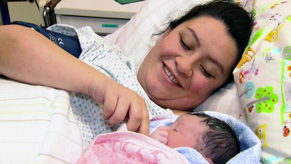 Bild 1 von 6: Die stolze Mama Monica (33) kann endlich ihre kleine Tochter im Arm halten