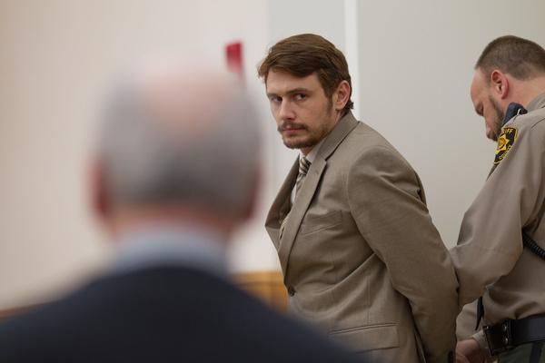 Bild 1 von 10: Christian Longo (James Franco, M.) ist des Mordes an seiner Frau und seinen drei Töchtern angeklagt. Er ist auf dem weg zur Gerichtsverhandlung.