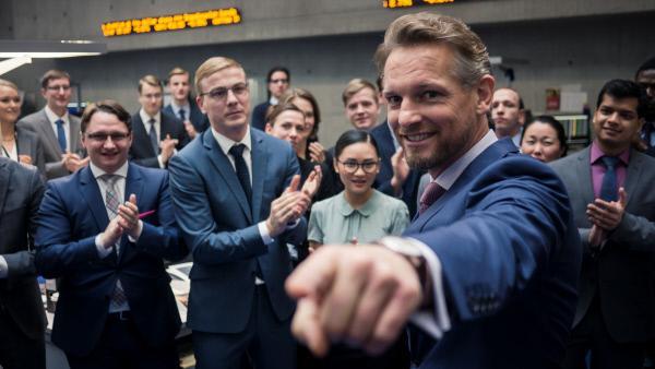 Bild 1 von 4: Willkommen in der Deutschen Global Invest: Gabriel Fenger (Barry Atsma) und die Kollegen gratulieren Jana Liekam zum neuen Job.