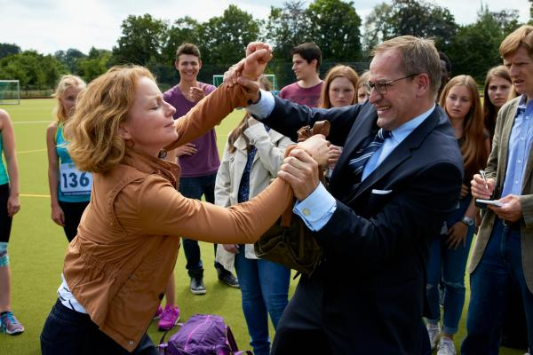 Bild 1 von 1: Ulrike Renski (Carina Wiese) stürmt in die Siegerehrung und greift Benedikt Haberland (Stephan Schad) tätlich an.