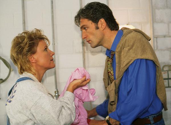 Bild 1 von 10: Nikola (Mariele Millowitsch) versucht Dr. Schmidt (Walter Sittler) in die Welt der Weichspüler, Kochwäsche und Waschmaschinen einzuführen.