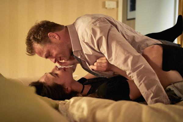 Bild 1 von 15: Simmel (Hinnerk Schönemann) und Daniela Winter (Judith Bohle) vergnügen sich im Hotelbett.