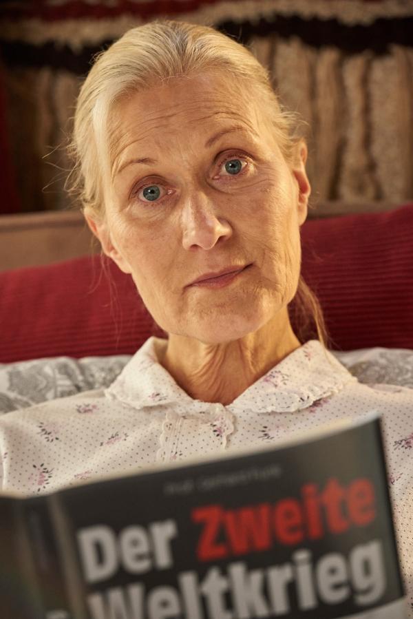 Bild 1 von 9: Waltraud (Hedi Kriegeskotte) schwelgt bisweilen in Erinnerungen an ihre verlorene schlesische Heimat.