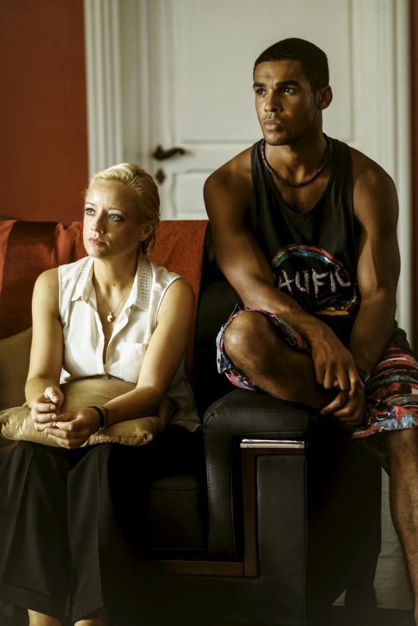 Bild 1 von 1: Vicky Woodward (Lucy Davis, l.) verhält sich Duncan Wood (Lucien Laviscount, r.) gegenüber sehr streng, doch wenn sie sich unbeobachtet fühlen, sind die beiden sehr vertraut miteinander. Was steckt hinter ihrem Verhalten?