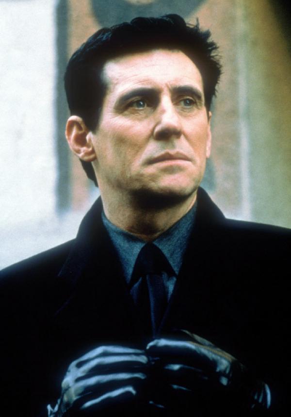 Bild 1 von 7: The Man/Satan (Gabriel Byrne) ist in der Gestalt eines seriösen Geschäftsmannes aus der Hölle emporgestiegen, um seine unheilige Ehe mit der jungen Christine zu vollziehen.
