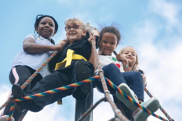 Bild 1 von 9: Grundschülerinnen probieren sich aus: Was traue ich mir allein zu? Was kann ich? Helikopter-Eltern können den Drang ihrer Kinder nach Selbstständigkeit nicht immer gut aushalten.