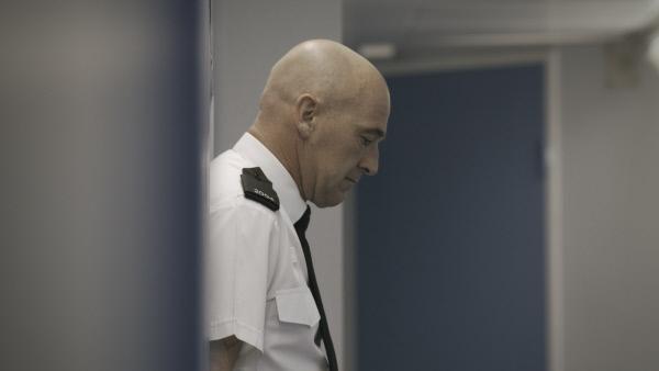 Bild 1 von 6: Streifenpolizist Ifor Williams ist betroffen vom Mord an Nicholas Robinson.