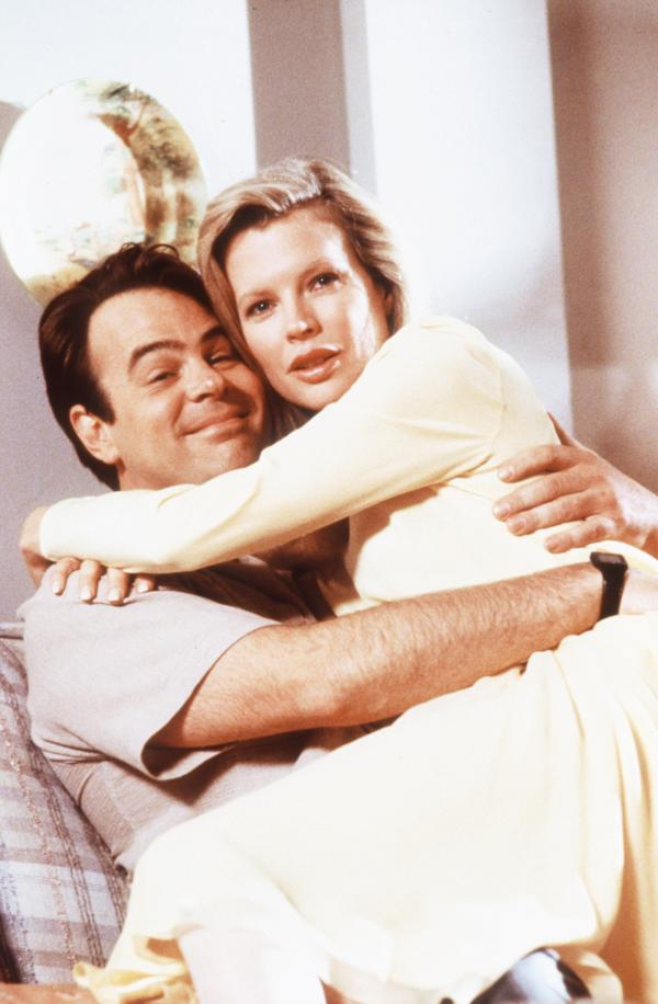 Bild 1 von 6: Mit Steve (Dan Aykroyd) lernt die Außerirdische Celeste (Kim Basinger) im Schnellkurs irdische Liebe - und findet Gefallen daran.