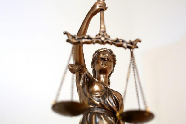 Bild 1 von 2: Vor Gericht sind alle gleich?