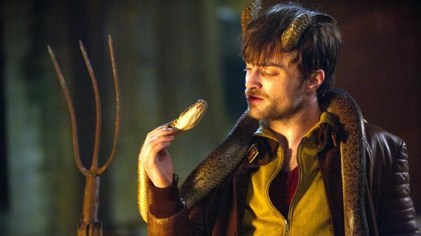 Bild 1 von 4: Ig (Daniel Radcliffe) macht eine übernatürliche Verwandlung durch. Nach einer durchzechten Nacht erwacht er mit zwei Hörnern, die ihm nicht nur ein diabolisches Aussehen, sondern ebenso außergewöhnliche Fähigkeiten verleihen