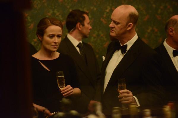Bild 1 von 13: Die MI5-Chefs Oliver Mace (Tim McInnerny) und Geraldine Maltby (Jennifer Ehle) überlegen gemeinsam, wie sie den auf eigene Faust ermittelnden Harry stoppen können.