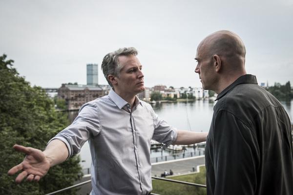 Bild 1 von 2: Wirtschaftsminister Bertram Kaiser (Max Urlacher, l.) im Gespräch mit Umweltlobbyist Frank Rolfkind (Robert Dölle, r.).