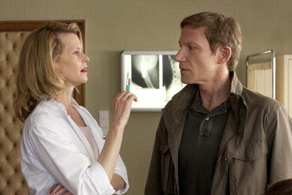 Bild 1 von 9: Bei der Amtsärztin (Leslie Malton) muss Overbeck (Roland Jankowsky) beweisen, dass er nicht verrückt ist.