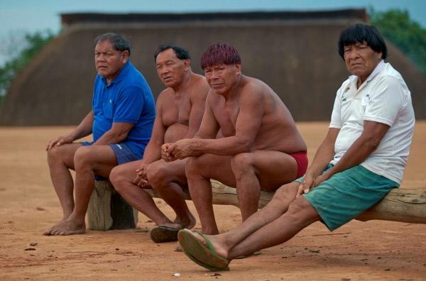 Bild 1 von 4: Die Stammesältesten der Yawalapiti tun alles, um das alte Wissen der Yawalapiti an die junge Generation weiterzugeben und so vor dem Vergessen zu retten.