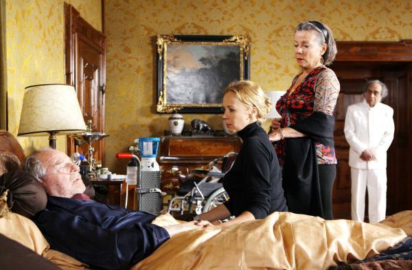Bild 1 von 8: Charlotte (Katja Riemann), Dodo (Krista Stadler) und der treue Hausdiener Singh (Irshad Panjatan) müssen sich mit dem Gedanken abfinden, dass der gütige Familienpatriarch Albert (Friedrich von Thun) bald sterben wird.