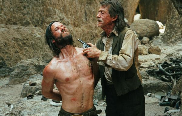 Bild 1 von 6: Charlie Burns (Guy Pearce) und Jellon Lamb (John Hurt,r.).