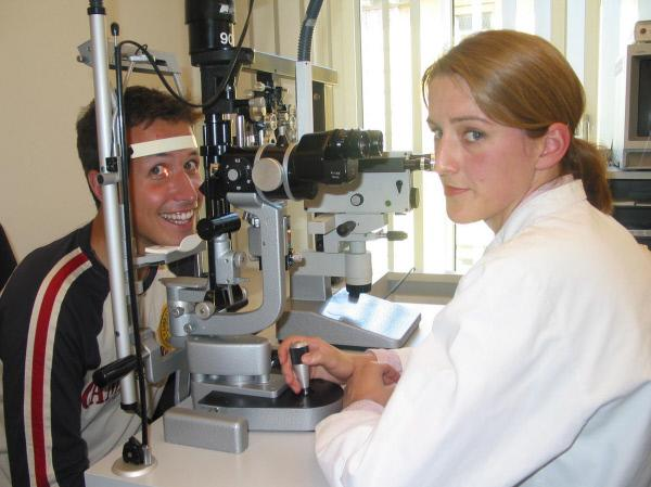 Bild 1 von 3: Um zu schauen, wie gut er sehen kann, lässt sich Reporter Willi seine Augen von Augenärztin untersuchen. Und zum Glück gibt es für ihn keine Probleme.