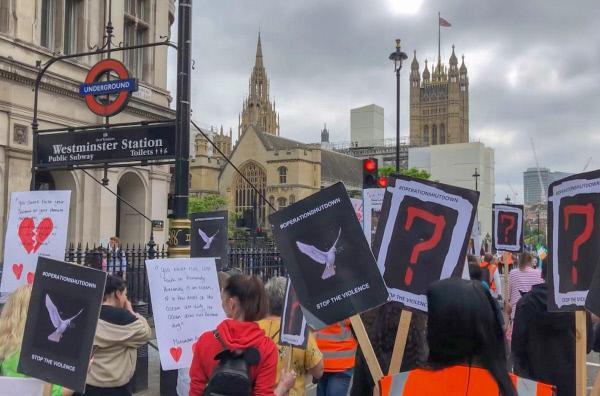 Bild 1 von 3: Betroffene Mütter, die ihre Kinder durch die Gewalt verloren haben, ziehen vor das britische Parlament.