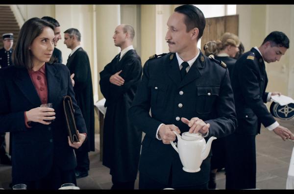 Bild 1 von 6: Verteidigerin Helga Kloninger (Stefanie Bruckner) und Chefankläger Joseph Granier (Hendrik Heutmann) in einer Verhandlungspause (Spielszene)