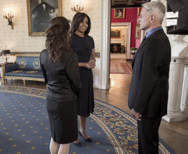 Bild 1 von 13: Ein ganz besonderer Moment: Gibbs (Mark Harmon, r.) und Mrs. Marshall (Reiko Aylesworth, l.) treffen auf First Lady Michelle Obama (First Lady Michelle Obama, M.) ...