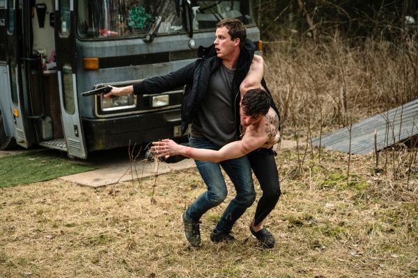 Bild 1 von 4: Christian (Adam Pålsson, l.) gelingt es, den entführten Davor Mimica (Alexej Manvelov, r.) aus den Händen seiner Peiniger aus einem Wohnwagen-Bordell zu befreien.