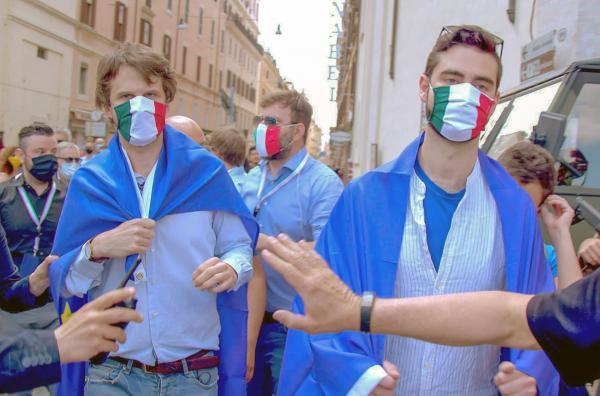 Bild 1 von 4: Pro-europäische Demonstranten am italienischen Nationalfeiertag